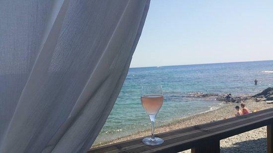 Pietranera, France: La vue de la terrasse (plage du Flenu)