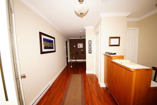 Bonavista, Канада: Lancaster Inn - Hallway & Reception Desk