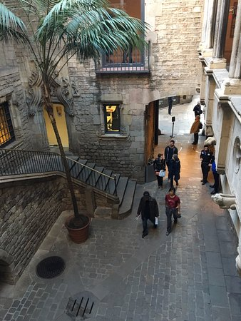Museo Picasso : One of the interior courtyards