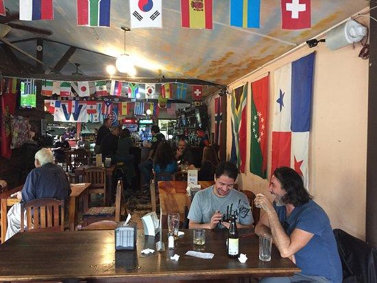 Mike's Global Grill: Interior del local. Son bilingües. Nunca fuimos de noche pero tienen actuaciones en vivo.