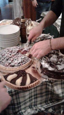 Luzzara, Italia: carrello dolci............buonissimi!!