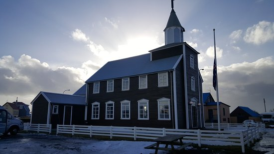 Eyrarbakki, Islandia: Next house the Church.