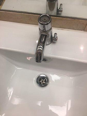 อาทโลน, ไอร์แลนด์: Poor maintenance on bathroom tap.  Pooey bathroom towel.  Chipped milk jug (milk amount for a gr