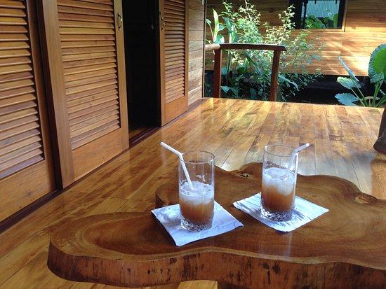 Cocles, Costa Rica: Christian serviert uns den Nachmittags-Drink