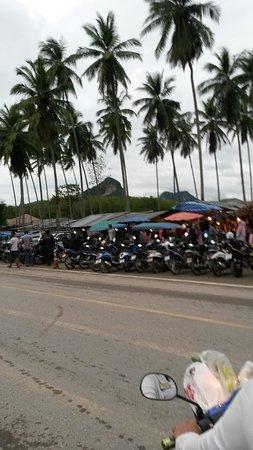 Lake Side Bungalow: Markt