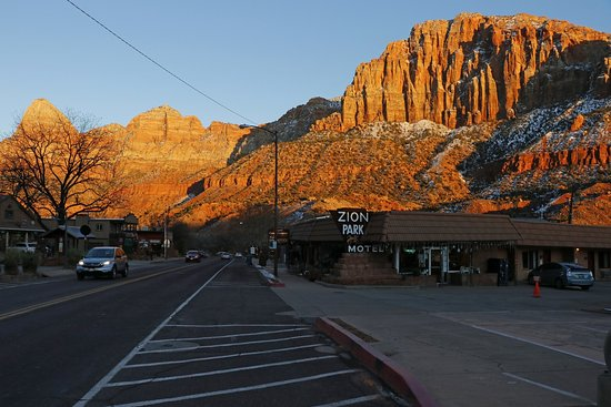 Zion Park Motel: A nice sunset picture from outside the motel