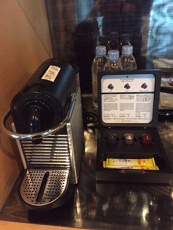 Four Seasons Hotel Tokyo at Marunouchi: good amenities, coffee machine and evian drinking water