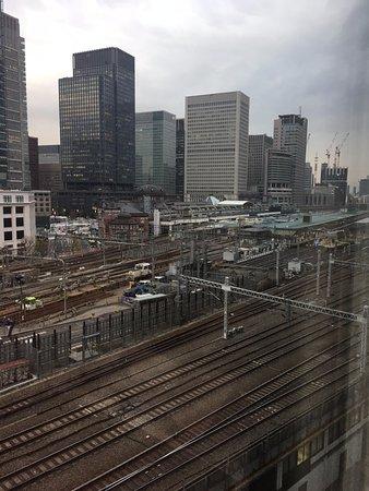 Four Seasons Hotel Tokyo at Marunouchi: watching the train going thru