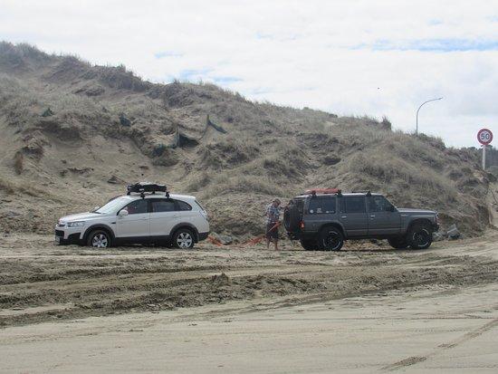 Kaitaia, Nueva Zelanda: Les enlisement au départ de la route sont très courants. Mais l'entraide est immédiate !