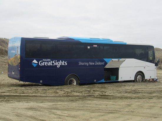 Kaitaia, Nueva Zelanda: Même les bus de tourisme s'enlisent (et s'entraident) !