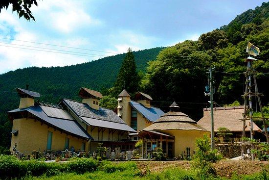 Shimanto-cho, Japan: 職人さん達の技により地元の材料で作られた山あいのミュージアム。