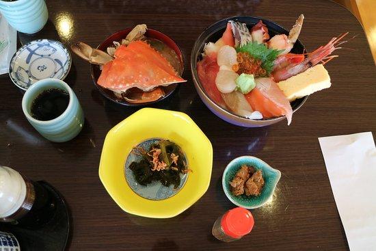 Shiogama, Japonia: 海鮮丼 カニの味噌汁