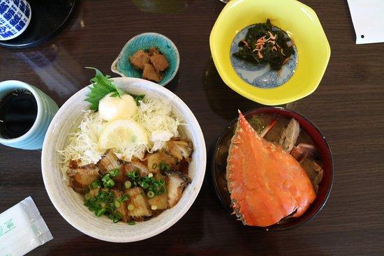 Shiogama, Japonia: 焼きアワビ丼 カニ味噌汁(カニ味が濃い)