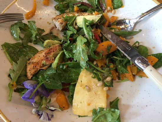 Mont Albert, Australien: My mostly eaten Pumpkin + chicken salad - delicious!!