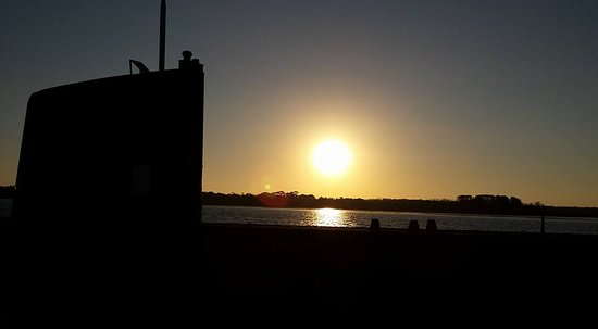 Cowes, Australië: Sunset over HMAS Cerberus and Submarine Otama