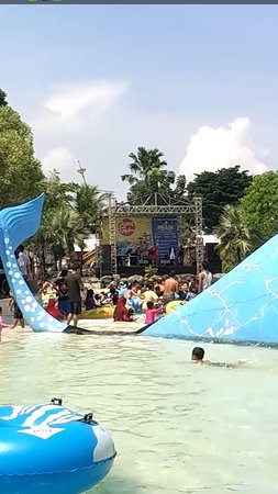 Ciputra Waterpark: Kolam ombak dan main busa
