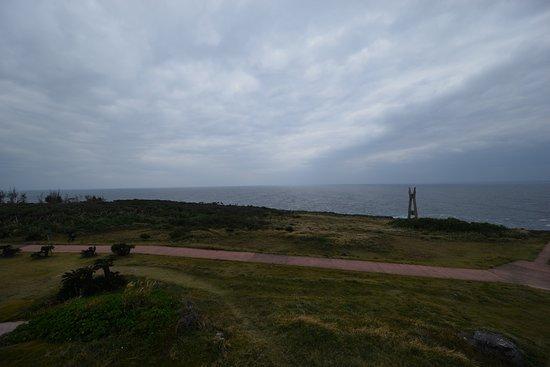 Cape Inutabu: 遠くに戦艦大和の慰霊塔が