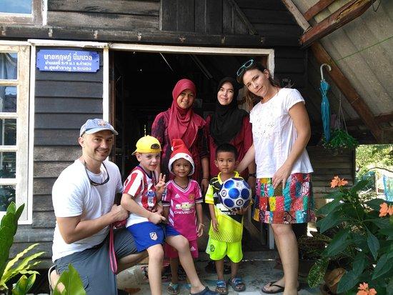 Khuraburi, Tajlandia: Familia que nos acogió en Ban Talae Sok... gente cariñosa y extraordinaria