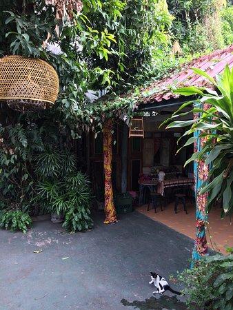 Baan Tepa: Petite terrasse au dessus de la cour, endroit vraiment charmant!