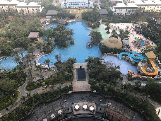 Huidong County, China: 可看到泳池及沙灘
