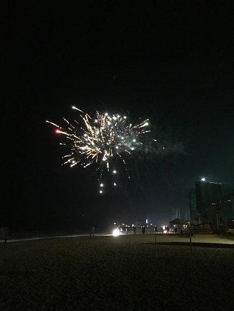 Huidong County, China: 晚上在沙灘上放煙花