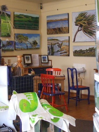 Fortrose, Nueva Zelanda: inside the gallery, artworks and crafts made by the gallery owners, art inspired by Catlins area