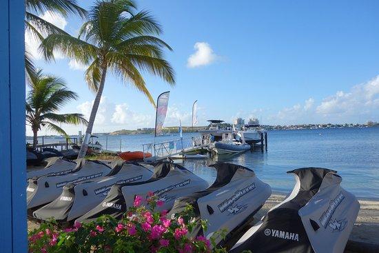 Marigot, St. Maarten-St. Martin: Vue sur le ponton d'accès et le bateau du club