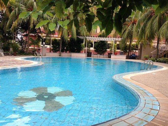Swiss-Belinn Batam: The pool at the Swiss Belinn