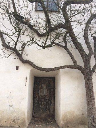 Burghausen, เยอรมนี: старая дверь, по всей видимости хранит очень много тайн