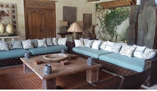 Villa Massilia Bali: Vastes canapés , très beaux tableaux et de nombreux objets de curiosité