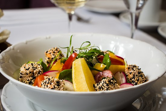 Fresh vegetable salad with salmon grilled in sesame seeds