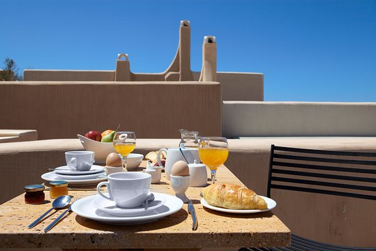 Voreina Gallery Suites: Breakfast on private veranda