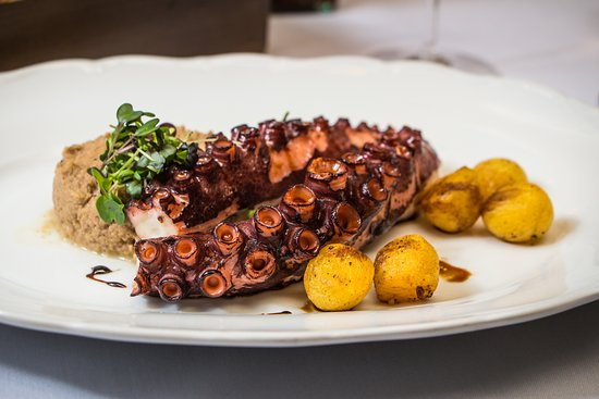 Amarone: Grilled octopus with mashed aubergines-walnuts