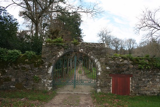 Clohars-Carnoet, France: Tor mit dahinterliegender Allee