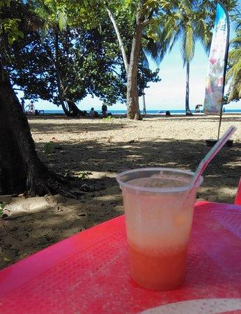 BREIZHILIENNE BAR A JUS : Pause sur la plage de Grande Anse- DESHAIES