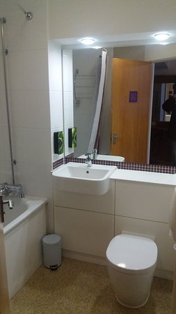 Premier Inn London Putney Bridge Hotel: Basic, Clean, Bathroom.