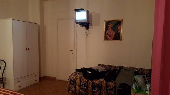 Hotel Le Petit: Quella sembra la porta del bagno, ma se la aprite è il frigo.