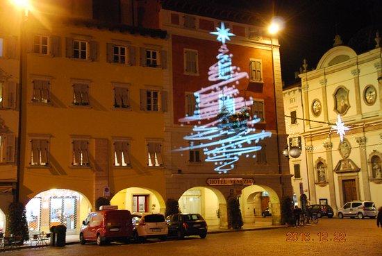 Hotel Venezia : Facciata hotel con giochi luce Natale