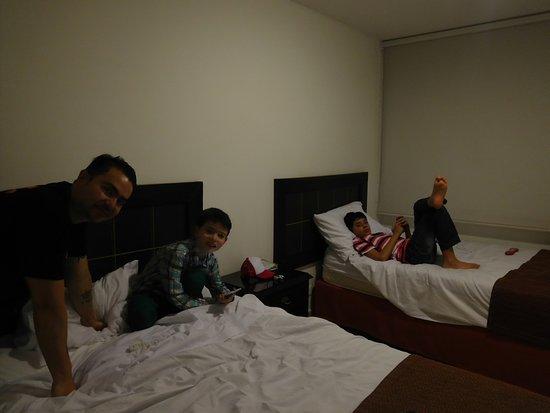 Dann Combeima Ibague: Esta es sólo una parte de la habitación, al respaldo hay otras dos camas dobles y un baño amplio