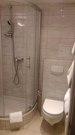 Hotel Terminus: A very clean bathroom.
