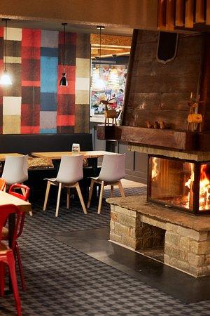 Oz en Oisans, France : Espace restauration et cheminée intérieure