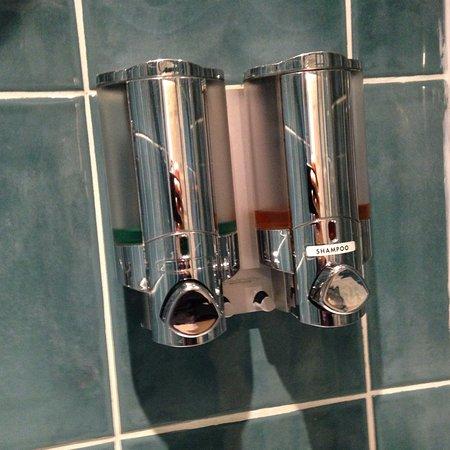 Earls Court Studios: Detalle del baño shampoo y gel de ducha