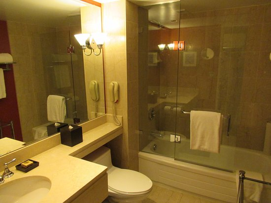 Four Seasons Hotel Vancouver: Spacious bathroom