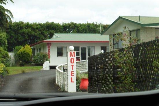 Taranaki Region, New Zealand: Driveway to Motel