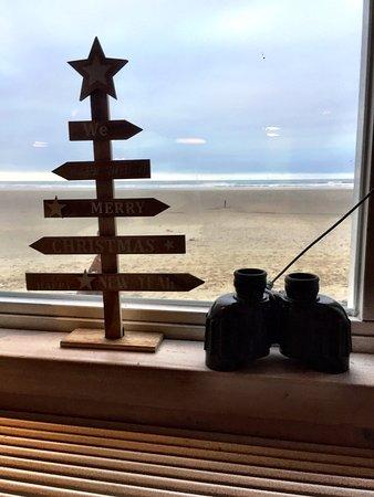 Terschelling, Nederländerna: Uitzicht op het strand. Verrekijkers om de schepen op zee te bekijken.