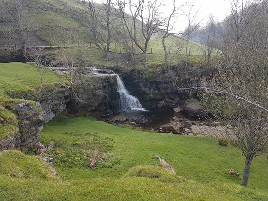Keld, UK: waterfall nearby - there were several spots you would be happy to sit a while
