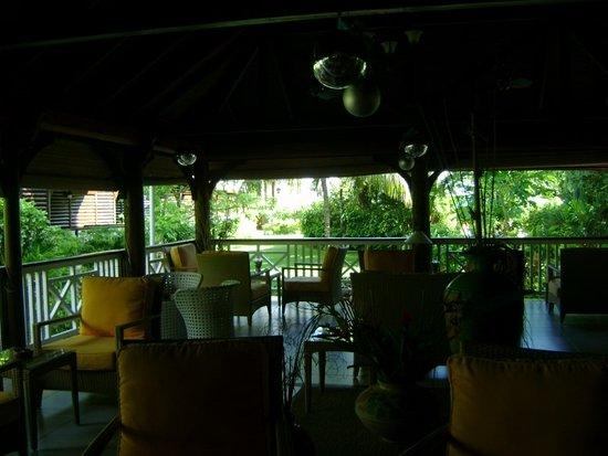 Acajou Beach Resort: Le saon du bar ,vu sur le jardin