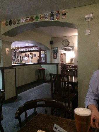 Bourne, UK: Wonderfully friendly bar, very cosy - like a home from home but with alcohol!