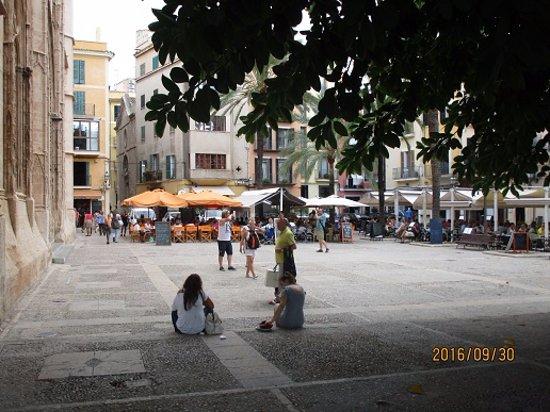 Cafe La Lonja: Torget från gatan