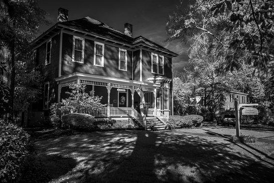Auburn, AL: B&W Front of House